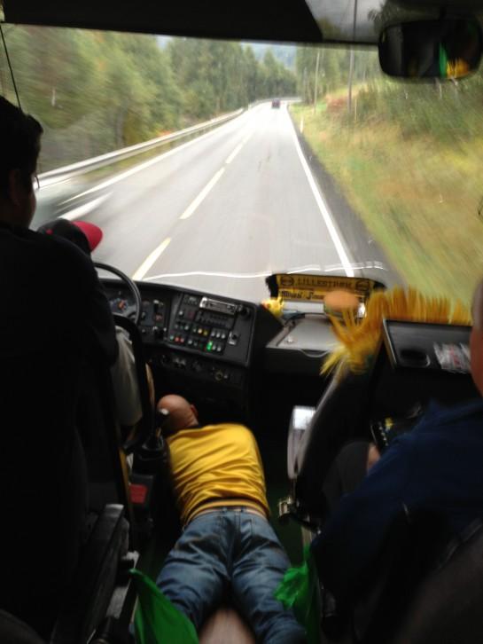 …og turer med buss. Som her med Kanari-Fansen, hvor en alltid må holde på en del under dashbordet for at bussen ikke skal stoppe. Du vet, som i Flåklypa.